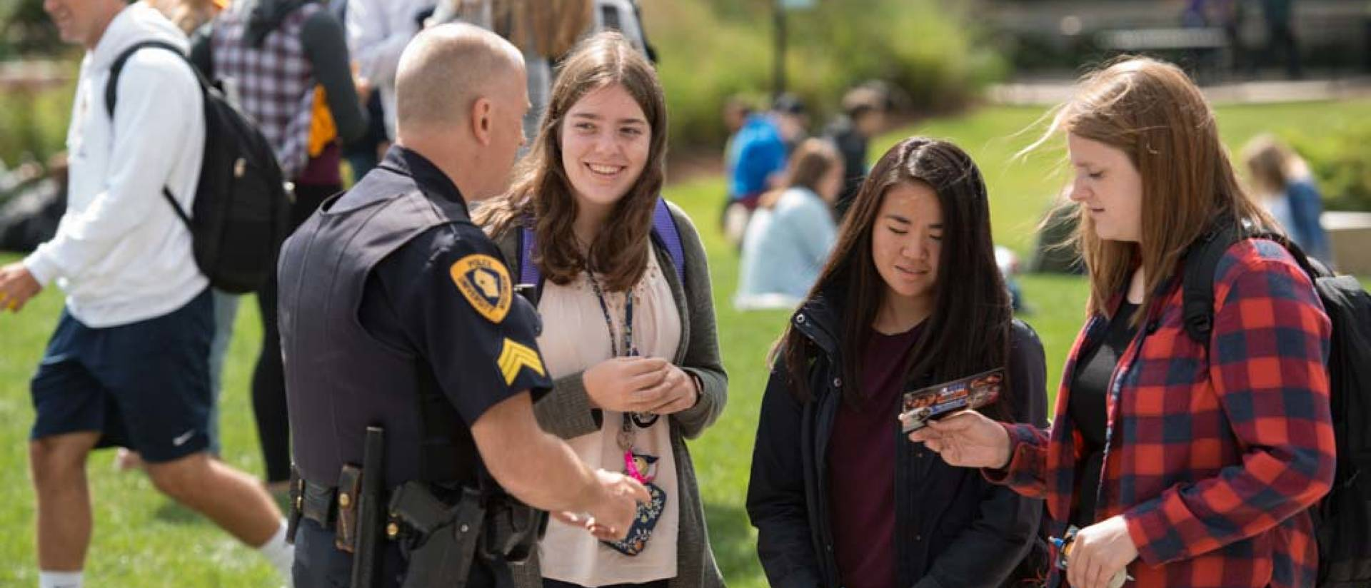 Police officer welcomes students at welcome week