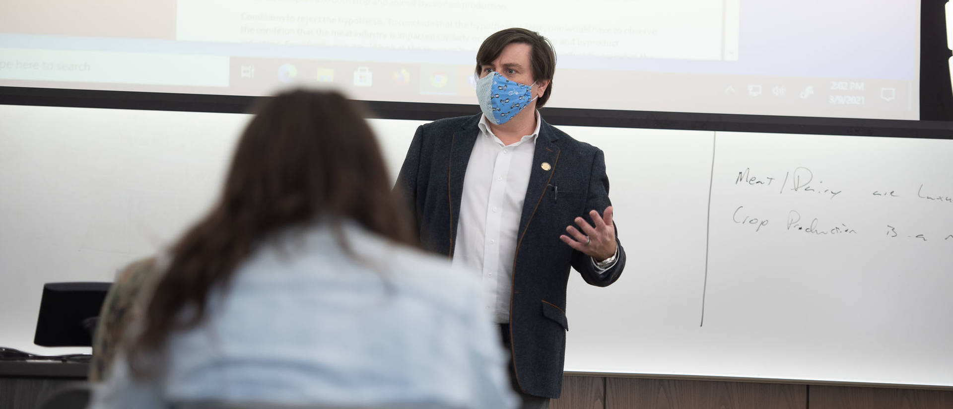 Dr. Thomas Kemp is teaching an economics class this semester that focuses on the economic impact of the COVID-19 pandemic.
