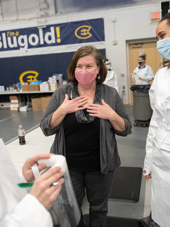 Jodi Thesing-Ritter and students on vaccine clinic