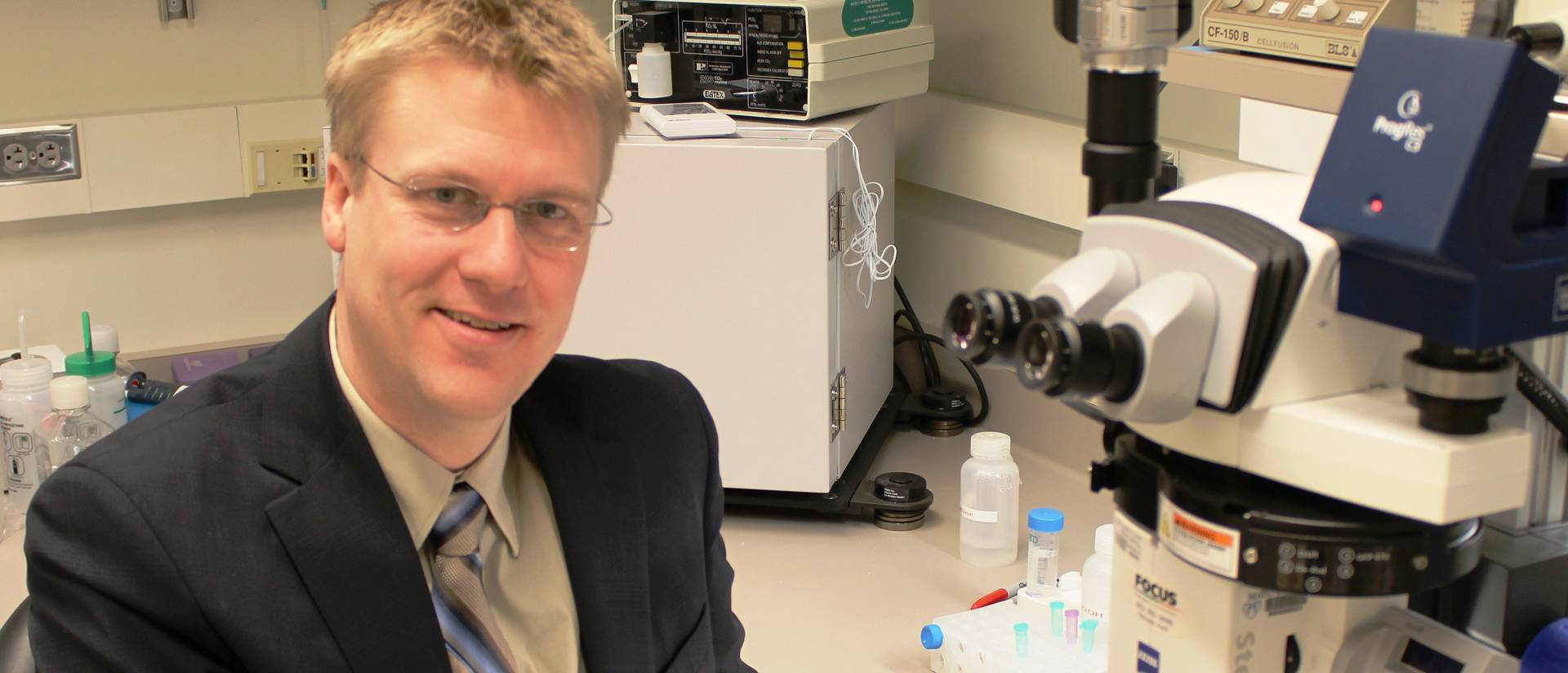 Dr. Timothy Nelson, a 1998 UW-Eau Claire biochemistry/molecular biology graduate, visited campus in December 2012  to talk with UW-Eau Claire students about internship opportunities and his cutting-edge research in regenerative medicine at Mayo Clinic in
