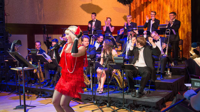 A performer wearing 1940's era clothing sings at UW-Eau Claire's Gatsby's Gala.
