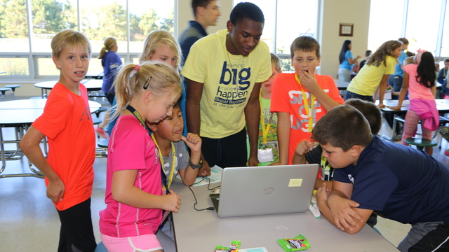 Blugold Beginnings mentor and elementary students